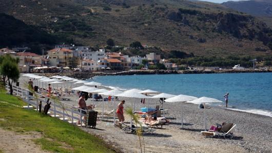 Touristen an einem Strand der Insel Kreta. (Archivbild)