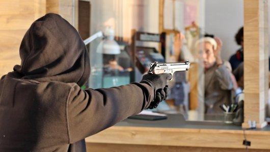 Ein Räuber hat in Goslar eine Angestellte eines Lebensmittelladens mit einer Waffe bedroht. (Symbolbild)