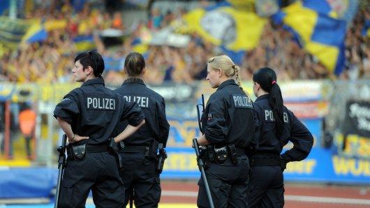 Polizistinnen sind im Eintracht-Stadion im Einsatz.
