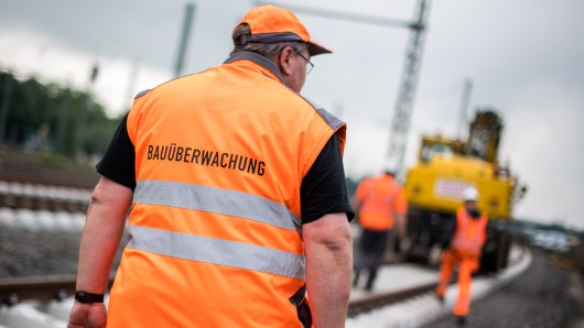 Nach fast 30 Jahren Betrieb ist nun der ICE-Abschnitt zwischen den beiden niedersächsischen Städten dran: Gleise, Weichen, Schwellen und Schotter erneuert werden. Neun Tunnel und acht Talbrücken werden der Bahn zufolge erneuert (Symbolbild).