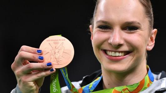 Sophie Scheder strahlt mit ihrer Bronzemedaille.