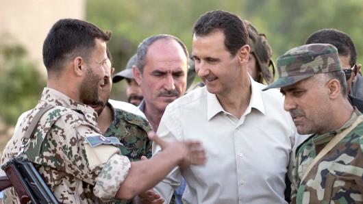Syriens Machthaber Baschar al-Assad im Kreise seiner Soldaten.