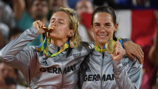 Laura Ludwig (links) und Kira Walkenhorst genießen ihren Triumph.