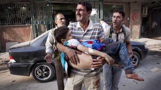 Ein Vater hält vor einem Krankenhaus in Aleppo seinen toten Sohn in den Armen. (Archivbild)