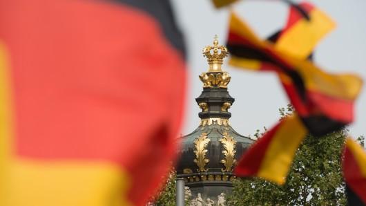 Deutschlandfahnen wehen vor dem Kronentor des Zwingers in Dresden. (Archivbild)