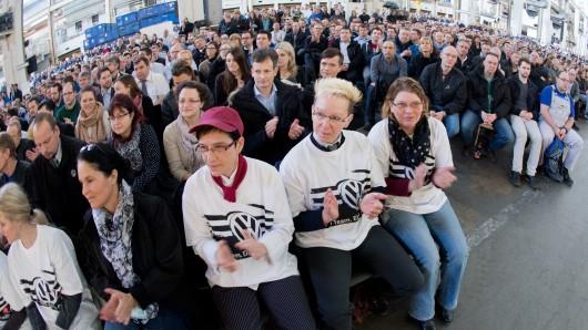 VW-Mitarbeiter bei einer Betriebsversammlung im Stammwerk in Wolfsburg (Archivbild).
