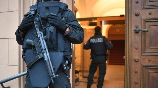 Polizisten sichern das Oberlandesgericht in Celle. (Archivbild)