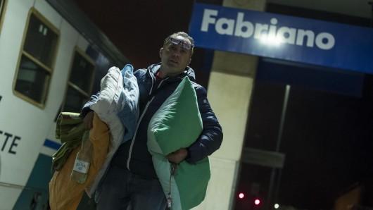 Ein Mann verlässt die von einem Erdbeben betroffene Region.
