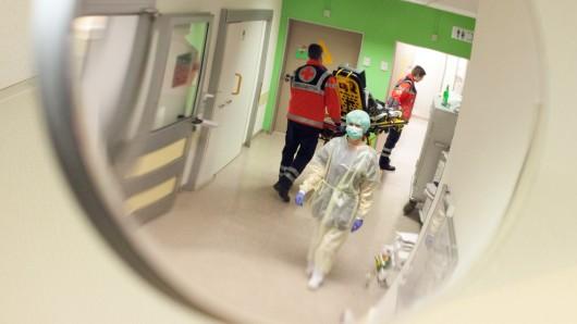 Der Betrunkene soll sowohl die Krankenhaus-Mitarbeiter als auch die anschließend eintreffenden Polizeibeamten beleidigt haben (Symbolbild).