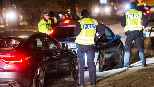 Polizisten überprüfen bei einer Verkehrskontrolle einen Autofahrer. (Archivbild)