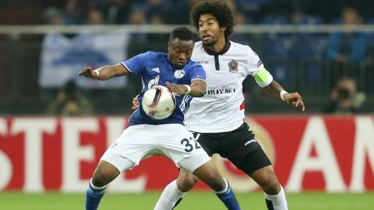 Schalkes Bernard Tekpetey kämpft mit dem Ex-Wolfsburger Dante vom OGC Nizza um den Ball.