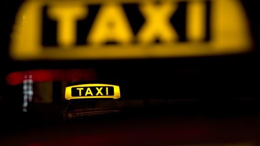 Ein Fahrgast soll in Detmerode einen Taxifahrer während der Fahrt attackiert haben (Symbolbild).