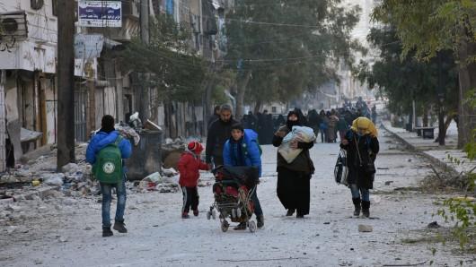 Die Menschen aus Aleppo fliehen aus dem völlig zerstörten Ostteil der Stadt.