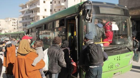 Die Menschen werden mit Bussen aus Ost-Aleppo befreit. (Archivbild)