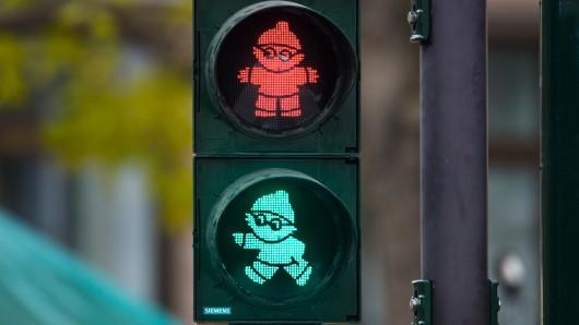 Seit November begleitet mitten in Mainz die bundesweit erste Mainzelmännchen-Ampel die Fußgänger über eine Straße.
