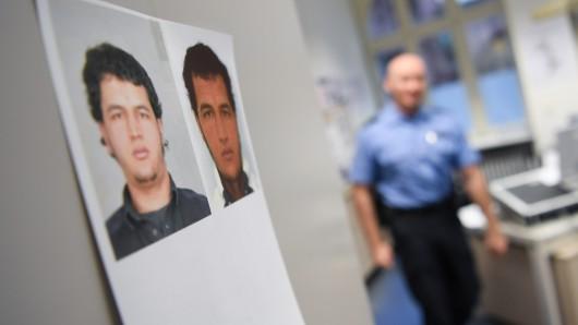 Fahndungsfotos des im Zusammenhang mit dem Terroranschlag von Berlin gesuchten Tunesiers Anis Amri hängen in einer Polizeidienststelle.