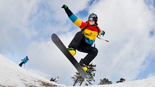 Ein junger Snowboarder am Wurmberg in Braunlage. (Archivbild)
