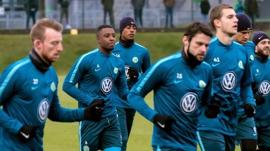 Wolfsburgs Neuzugang Riechedly Bazoer (2.v.l) trainiert  (2.v.l) trainiert mit seinen neuen Kollegen.
