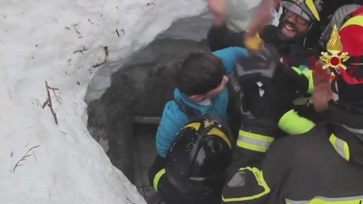 Die Feuerwehr rettet ein Kind aus dem Hotel.