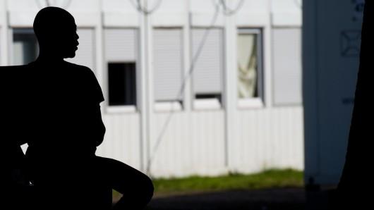 Ein Flüchtling sitzt in der LAB Kralenriede. (Archivbild)