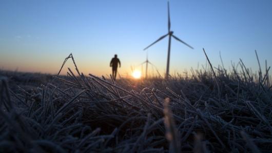 Ein Mann geht bei eiskalten Temperaturen auf einem Feld spazieren.