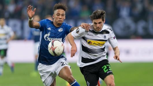 Gladbachs Jonas Hofmann (rechts) und Schalkes Thilo Kehrer kämpfen um den Ball.