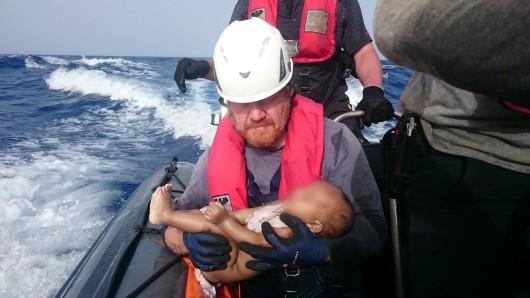 Ein Mitarbeiter einer Hilfsorganisation hält ein totes Baby im Arm. (Archivbild)