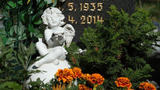 Der Grabschmuck auf einem Friedhof (Symbolbild).
