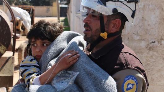Das von der Syria Civil Defence (Weißhelme) zur Verfügung gestelltes Foto zeigt einen freiwilligen Helfer, der ein Opfer eines Giftgasangriffs in Chan Scheichun, Syrien, versorgt.