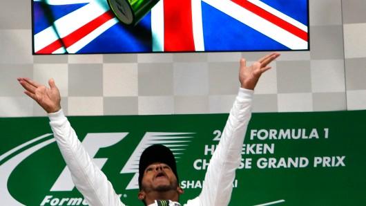 Der britische Mercedes-Pilot Lewis Hamilton jubelt nach seinem Sieg.