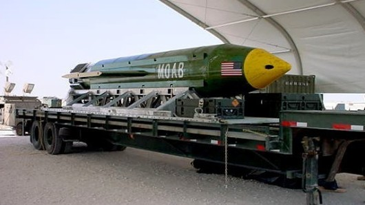 Das von der Eglin Air Force Base zur Verfügung gestellte Bild zeigt eine Bombe vom Typ GBU-43/B Massive Ordnance Air Blast - auch bekannt als die Mutter aller Bomben.