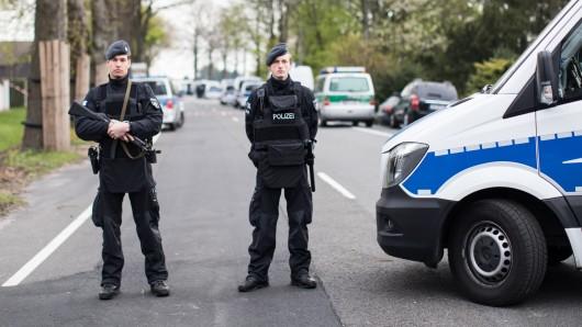 Polizisten sichern den Tatort nach dem Anschlag auf den BVB-Bus ab. (Archivbild)