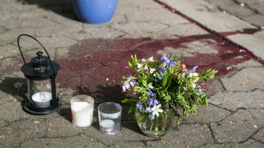Blumen liegen an dem Ort, wo die Frau gefunden wurde.