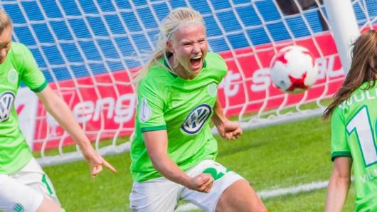 Pernille Harder feiert ihr Tor zur Führung der VfL-Frauen.