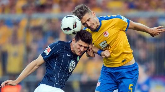 Packendes Kopfballduell zwischen Braunschweigs Gustav Valsvik und Wolfsburgs Mario Gomez.