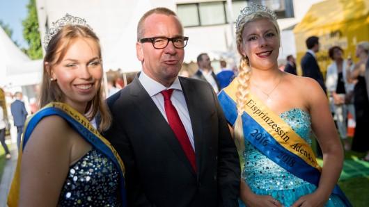 Niedersachsens Innenminister Boris Pistorius (SPD) posiert mit der Eisprinzessin (rechts) und der Eiskönigin von Adendorf.