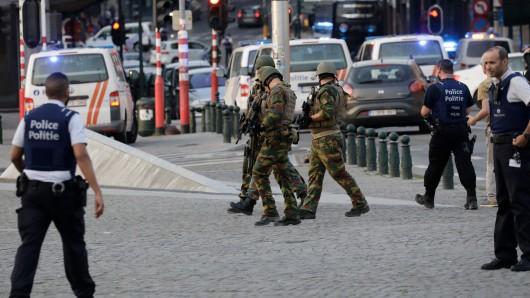 Polizisten und Soldaten patrouillieren am 20. Juni  vor dem Bahnhof Central inBrüssel.