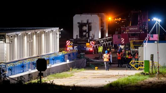 Ein Castorbehälter wird am Kernkraftwerk in Obrigheim für die Verladung zu einem Transportschiff transportiert.