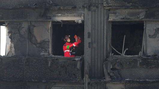 Ein Feuerwehrmann inspiziert in London eine Etage des ausgebrannten Hochhauses.