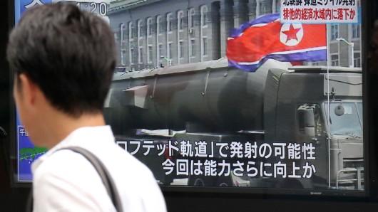 An einem Fernsehermonitor in Nordkorea ist am 4. Juli eine Rakete zu sehen.