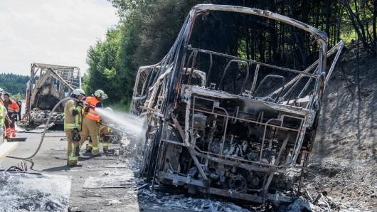 Ein schockierendes Bild. Der Bus kam aus Sachsen.