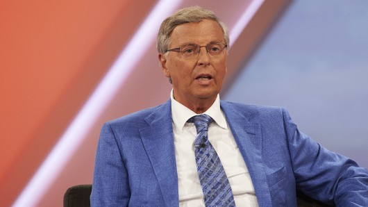 Wolfgang Bosbach (CDU) sitzt bei Sandra Maischberger. Noch...