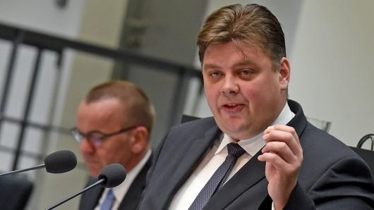 Jens Nacke, parlamentarischer Geschäftsführer der CDU. Im Hintergrund: Innenminister Boris Pistorius (SPD). (Archivbild)
