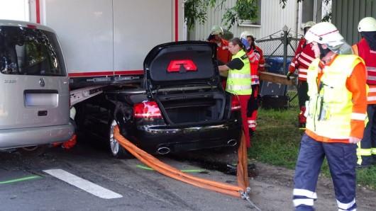 Ein Notarzt versorgte den verunglückten Fahrer noch unter dem Lkw.