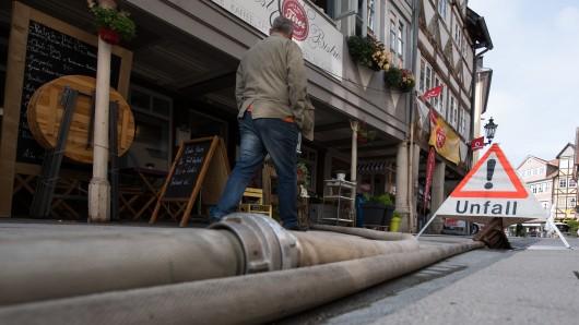 Schläuche der Feuerwehr liegen am 28. Juli in der Innenstadt von Wolfenbüttel.