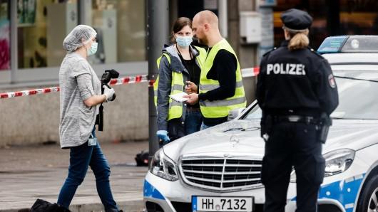 Ermittler am Tatort in Hamburg.