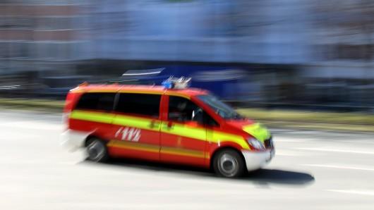 Der Krankenwagen brachte die beiden Fahrer ins Krankenhaus. (Symbolbild)