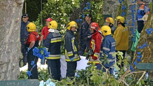Rettungskräfte bergen in Funchal auf der Insel Madeira einen Toten.
