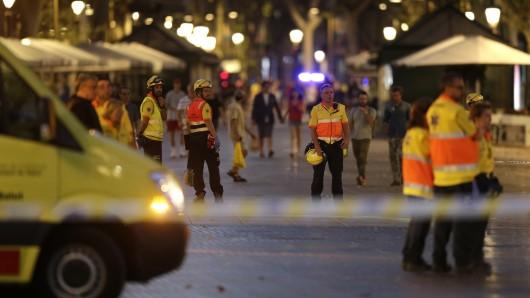 Auch am Donnerstagabend stehen noch Rettungskräfte in der Innenstadt von Barcelona.