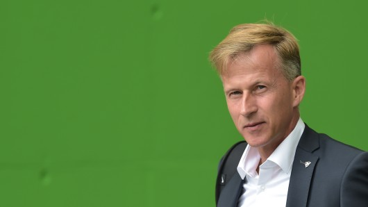 VfL-Coach Andries Jonker vor dem Auftaktmatch gegen Borussia Dortmund.